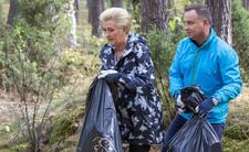 Agata i Andrzej Duda zbierają śmieci w lesie. Prezydenckie porządki