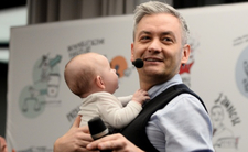 Biedroń o byciu ojcem. Gejowska para adoptuje dziecko?