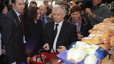Jarosław kaczyński kupuje chleb w asyście ochrony