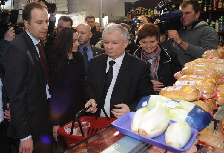 Jarosław kaczyński kupuje chleb w asyście ochrony     WITOLD ROZBICKIREPORTER
