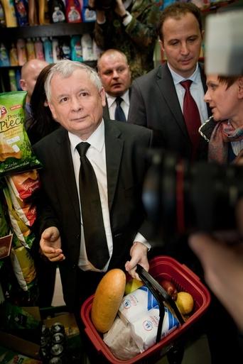 Jarosław Kaczyński na zakupach     PIOTR GRZYBOWSKIEast News