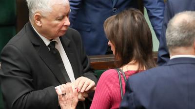 """Posłanka czule GŁASZCZE Kaczyńskiego. """"To wysoki stopień zażyłości"""""""