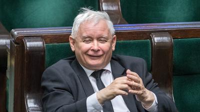 Jarosław Kaczyński hojny jak król. Tyle zarabiają jego pracownicy