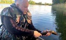 Jarosław Kaczyński łowi rybkę