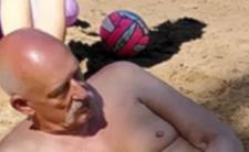 Janusz Korwin-Mikke wybrał wolność i rozebrał się na plaży