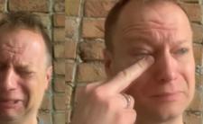 Maciej Stuhr ociera łzy środkowym palcem i wysławia PiS [WIDEO]