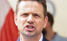 Rafał Trzaskowski z uśmiechem składa kolejne obietnice wyborcze