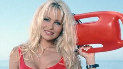 """Pamela Anderson interesuje się partią Razem - Czy Adrian Zandberg nadrabia właśnie odcinki """"Słonecznego patrolu""""?"""