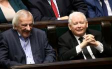 Posłom nie wstyd? Polacy umierają w domach, a oni blokują karetkę