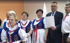 PiS rozdaje miliony śpiewająco