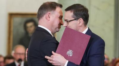 Przytulaski Dudy i Morawieckiego - co na to pierwsza dama?