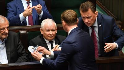 Awantura w Sejmie. Dziecięce buciki dla Jarosława Kaczyńskiego