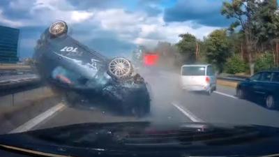 Wypadek na S8 i dachowanie - to nagranie wideo nauczy czegoś kierowców?