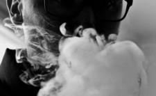 E-papierosy znowu zabiły - czy powinny być zakazane?
