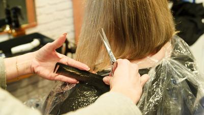 Fryzjerka z koronawirusem przyjmowała klientów. Mogła zakazić 60 osób