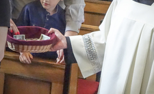 Ile zarabiają księża w Polsce? Lepiej usiądźcie