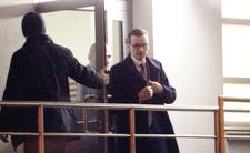 Mateusz Morawiecki wycodzi ze szpitala, w którym leży jego ojciec, Kornel Morawiecki