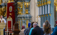 Koronawirus robi sobie wolne w kościele? PiS otworzy świątynie