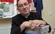 Mobliny konfesjonał, pożyczenie krzyża z Giewontu, a teraz stos z książkami - ten ksiądz wie, jak palić za sobą mosty