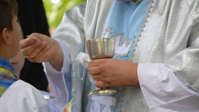 Ksiądz molestował chłopca. Wciąż odprawiał msze i przebywał z dziećmi