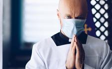Księża ignorują koronawirusowe restrykcje