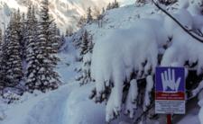 """W Tatrach zeszła pierwsza lawina! """"Spod śniegu wystawała ręka"""" [WIDEO]"""