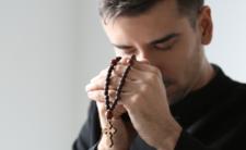 Ksiądz z Łodzi zaatakowany przed mszą świętą. Został dotkliwie pobity