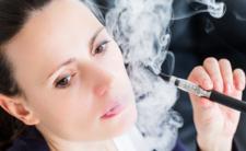 Palenie elektronicznego papierosa szkodliwe? GIS szykuje zmiany w prawie i ograniczenia