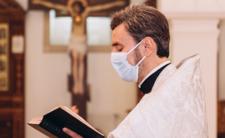Obostrzenia w kościołach. Koronawirus zaszkodzi księżom?