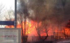 Ogień zagraża pobliskiemu dworcowi kolejowemu