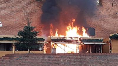 Płonie warszawski jarmark świąteczny! Gęsty dym nad Barbakanem