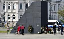 Policja pilnuje pomnika smoleńskiego 24 godziny na dobę. W sobotę zatrzymała tam dwóch nastolatków