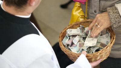 Ksiądz w Poznaniu wie jaka jest cena za modlitwę za zmarłych. Robi biznes w kościele