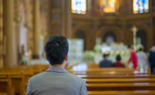 Męzczyzna umierał w kościele, ksiądz się modlił