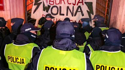 Coraz więcej policjantów pod MEN