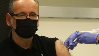 W Polsce rusza szczepienie trzecią dawką. Czy będą kolejne?