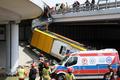 Autobus spadł z wiaduktu w Warszawie. Atakują Trzaskowskiego
