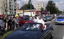 Tychy i święcenie samochodów - biskup skromnie w kabriolecie