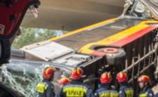 Warszawa. Autobus spadł z wiaduktu, kierowca usłyszał zarzuty