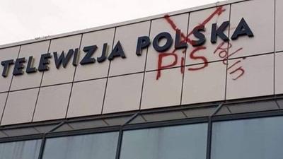 Zdewastowano budynek TVP. Wymowny napis