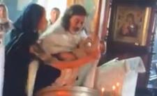 Brutalny chrzest w Rosji - duchowny prawie zabił dziecko