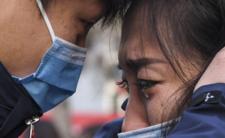 Chiny popadły w panikę. Władze siłą zamykają ludzi w domach