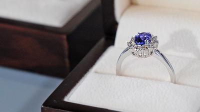 Dał kobiecie pierścionek zaręczynowy z kawałkiem swojego ciała