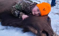 Polowanie na łosia - mała dziewczynka z dumą zabija zwierzęta