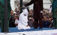 Szariat w Indonezji - kobieta otrzymała 100 uderzeń za zdradę małżeńską
