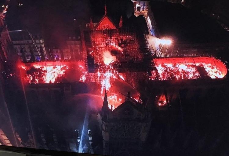 Notre Dame w płomieniach