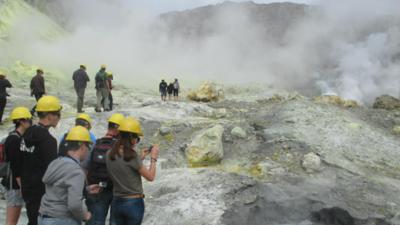 Wybuch wulkanu w nowej Zelandii - mimo zagrożenia turyści weszli do piekła
