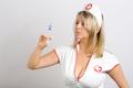 Seksowna pielęgniarka rozpalała konary, lecząc koronawirusa. Została ukarana