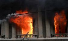 Protestujący podpalili budynek parlamentu