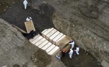 Gigantyczne, masowe groby dla ofiar COVID-19. Przerażające nagrania